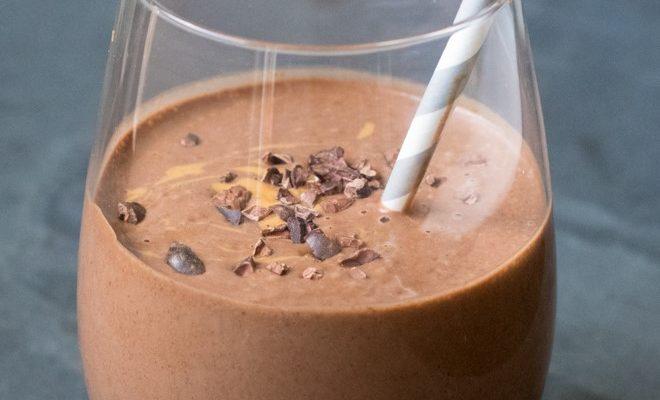 Figuurisõbralik maapähklivõi-banaani-šokolaadi smuuti